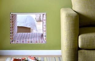 O buraco feito na parede dá acesso ao quarto e foi revestido com estofado. Ideia da empresa australiana Concepts Interior Design