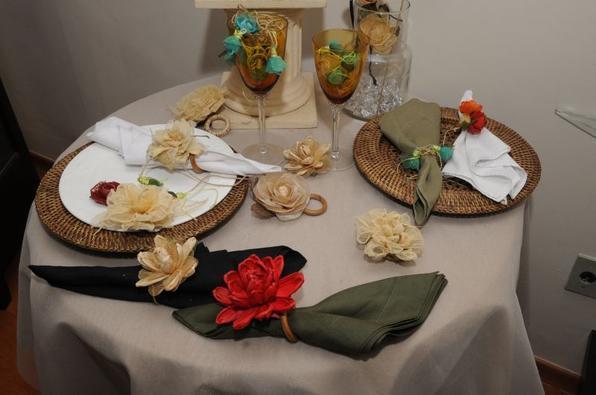 A mesa pode ser decorada com flores do cerrado.