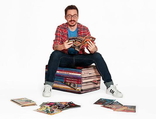Puff com formato de uma pilha de revistas