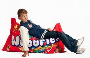 Para os viciados em doce, o puff imita uma embalagem de chocolate