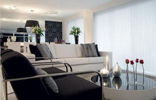 Na decoração da sala, o branco predominou, porém os elementos pretos é que deixam a sala mais elegante