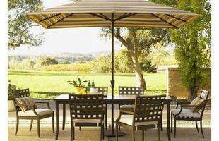O guarda-sol é uma ótima opção para decorar a área da piscina