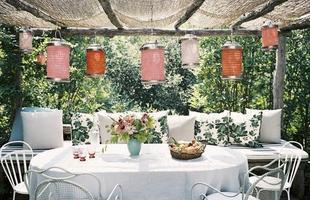 Os elementos coloridos quebram o gelo do branco nesta varanda, que também pode servir de sala de almoço para os dias quentes