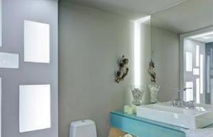 Vidro jateado nas paredes e lâmpadas econômicas garantem a iluminação sustentável e barata do banheiro