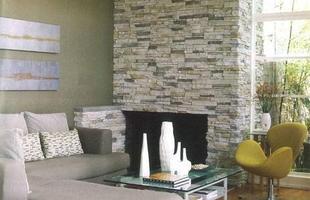 O revestimento em pedra é durável, de fácil instalação e conferem uma clima rústico à casa