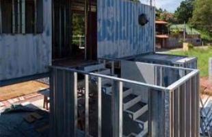 A casa foi edificada com seis contêineres marítimos. A área total é de 204 m²