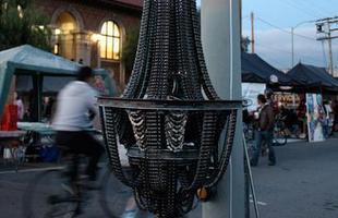A linha de lustres feitos com restos de bicicleta foi entitulada Connect