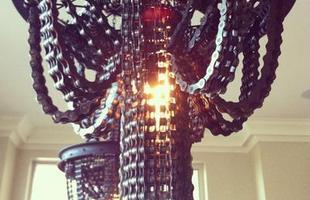 A artista Carolina Fontoura Alzaga constrói incríveis lustres usando peças de bicicletas velhas que recolhe em lixões