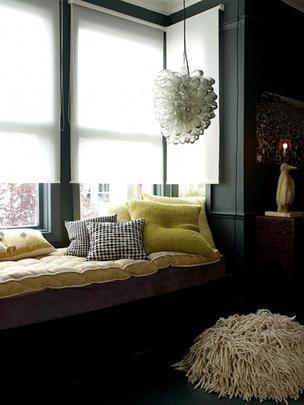 Mesmo com revestimento escuro é possível investir em cores na decoração sem perder o equilíbrio do espaço