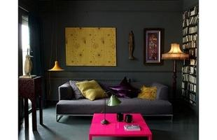 Com revestimento escuro, é possível investir em cores na decoração sem perder o equilíbrio do ambiente