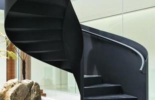 Escultural, a escada de metal tingida de preto se destaca no projeto do escritório ONG ONG, de Singapura