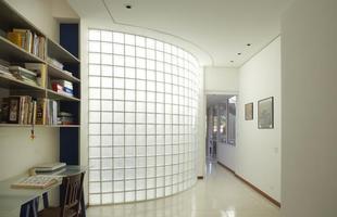O tijolo de vidro aparece como excelente opção para espaços que precisam de luz