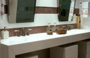 Se a decoração for em um banheiro grande, por exemplo, é possível revestir usando pastilhas coloridas