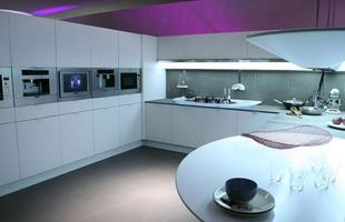 Com forte inspiração futurista, a cozinha hi-tech conta com os mais avançados aparelhos domésticos, geladeira e fogão de última geração em tom de metal