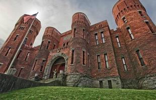 O castelo tem área de 3,34 mil metros quadrados e foi construído em 1895. Pelo fato de ser bem antigo, o futuro dono talvez tenha que investir tempo e um bom dinheiro para conseguir reformar o lugar