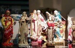 Oratórios, santinhos, quadros, castiçais - a decoração pode ficar reunida em um 'cantinho da oração' dentro de casa