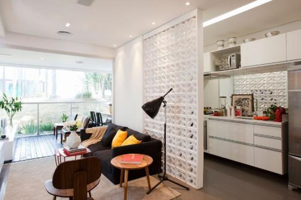 O cobogó pode ser usado como divisória de qualquer cômodo da casa, como sala, home-office, varanda e cozinha. Foto: Divisória de apartamento projetado por José Ricardo Basiches