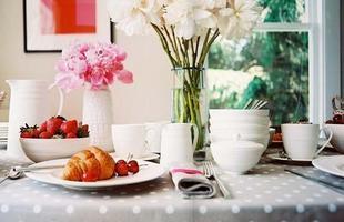Flores são sempre bem-vindas, elas podem ser o charme da decoração da mesa, além de deixar o ambiente mais harmonioso e convidativo