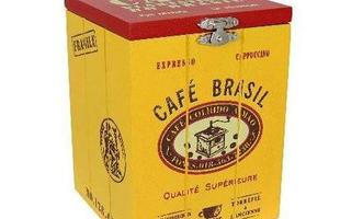 Objetos como potes de café, de manteiga, de geleia ajudam a complementar a decoração da mesa