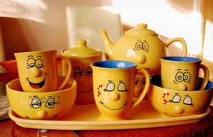 Para montar uma bela mesa de café da manhã, é possível abusar da criatividade e apostar nas cores das flores e dos alimentos para compor uma decoração descontraída