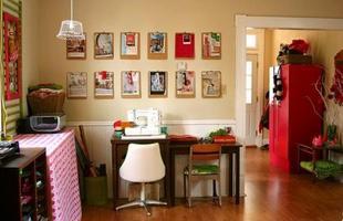 Outra idéia é organizar por cor %u2013 facilita na hora de encontrar o que precisa e ajuda na decoração do espaço.