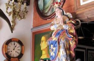 A decoração da maioria das casas antigas é praticamente um relicário - nos dois sentidos da palavra - é valiosa, e na sua grande maioria, religiosa
