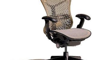 A Mirra Chair é fabricada pela Herman Miller (http://www.hermanmiller.com/) e projetada em acordo com os princípios da sustentabilidade. Ela apresenta encosto e base em polímero de alta performance e tem assento em tela Aire Weave, que se molda ao corpo, distribui a pressão por igual, proporciona ventilação e permite o ajuste da profundidade sem que o usuário precise se levantar