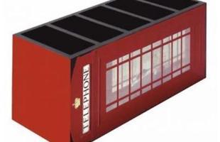 Porta-controle em madeira, com quatro divisórias internas. Tem revestimento inspirado nas antigas cabines telefônicas.