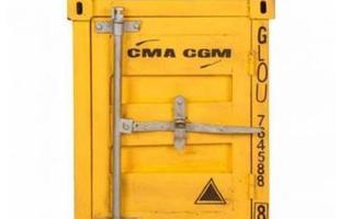 Criado mudo produzido em metal, com acabamento envelhecido. Possui design que remete aos antigos containers de transporte.