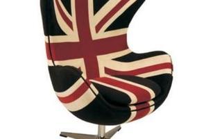 Poltrona estofada e revestida em tecido. Possui estampa estilizada da bandeira britânica.