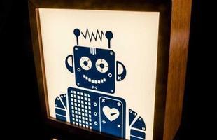 Luminária Quadrada Robot Bivolt Led, feita de madeira e acrilico, com imagem serigrafada.