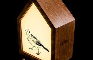 Luminária Casinha Pássaro Bivolt Led, feita de madeira e acrilico, com imagem serigrafada.