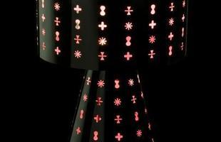 Abajur Ikon Black/Pink em aço pintada e difusor em acrílico.