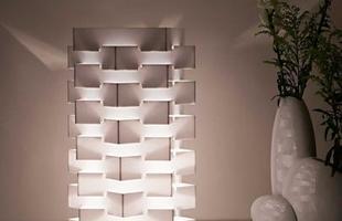 Luminária Módulos Bivolt composta por módulos retangulares de acrílico que se sobrepoem, formando um conjunto harmonioso, com design atraente e luminosidade intensa.