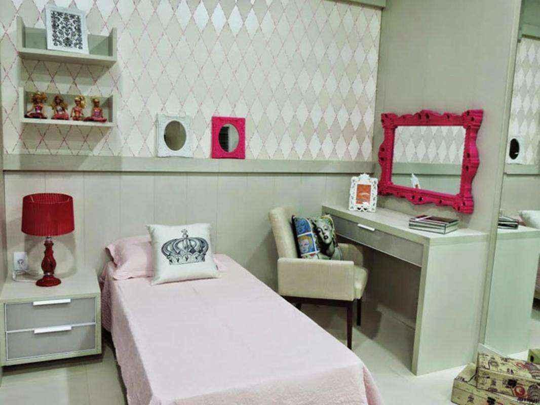 Neste quarto de adolescente, a mesa para estudos será usada futuramente, também, como penteadeira para maquiagens e momentos de vaidade. Uma ampla gaveta pode abrigar os materiais e objetos escolares