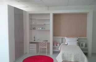 As cores claras deste dormitório acalmam e facilitam a organização das ideias e concentração da estudante.