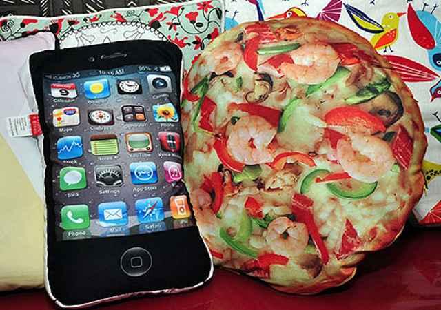 Almofadas com estampa de iPhone e pizza, da Garimpo do Zé - Eduardo de Almeida/RA Studio