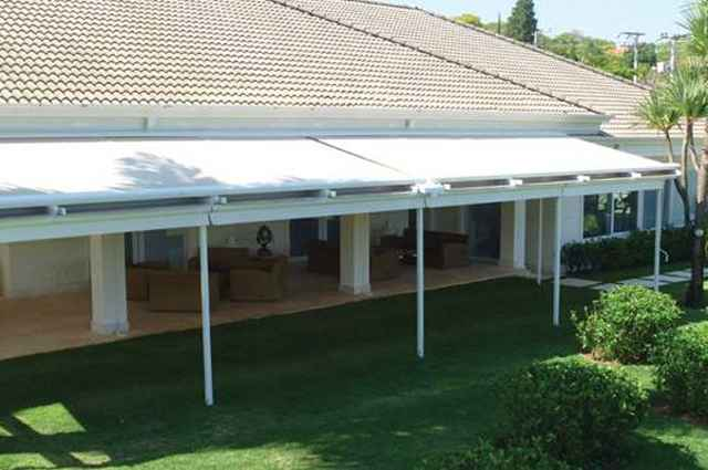 Pergolato: Com estrutura fixa de fácil montagem, este sistema assegura amplos espaços adicionais aos ambientes devido às colunas frontais de sustentação, que permitem que a cobertura proteja o espaço do sol e da chuva - Divulgação