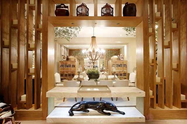 decoracao de interiores em casas de madeira:Living integrado à sala de jantar foi projetado para proporcionar uma