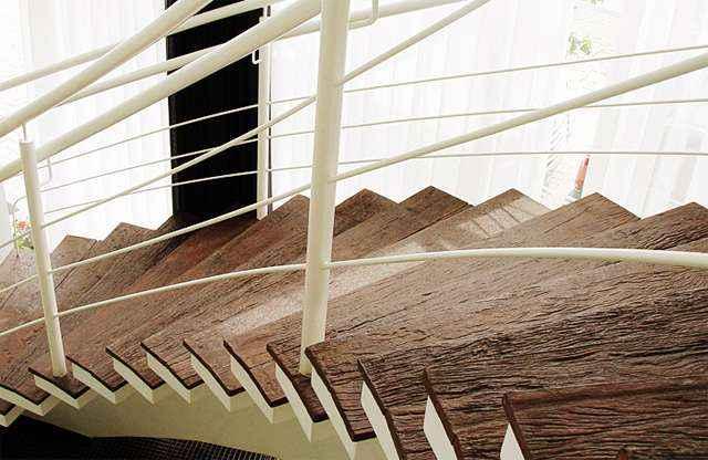 Efeito de madeira natural confere ao ambiente toque rústico, reproduzindo com exatidão cores diversas e as ranhuras da madeira - Divulgação/Palazzo