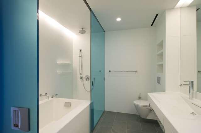 Sistema permite que os perfis das portas de correr sejam instalados na estrutura interna do teto, possibilitando que o vidro móvel se locomova seu interior - Divulgação/Glass Vetro