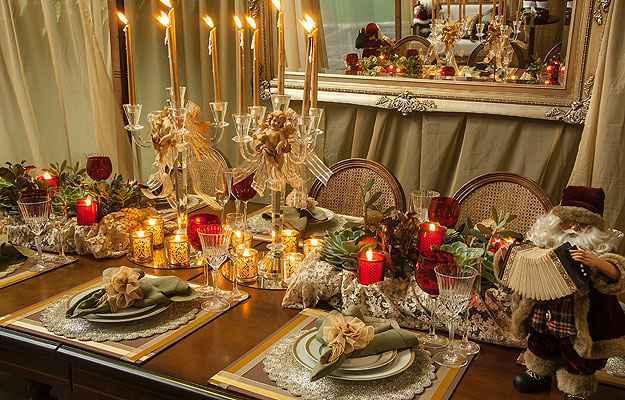 Castiçais com anjos natalinos e em dourado ajudam a compor os elementos da ceia e criar um ambiente que qualquer pessoa pode fazer em casa - Loja das Festas/Divulgação