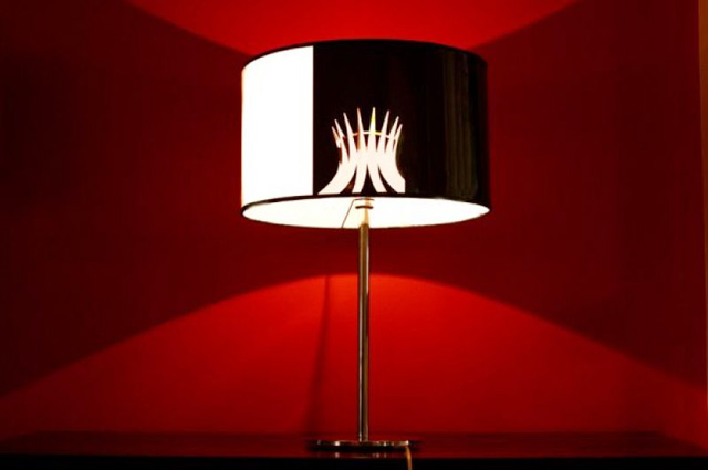 Por meio de luminárias com cúpula trabalhada é possível criar jogos de fachos ou mesmo de luz e sombra que conferem charme e estilo à decoração - Graça Seligman/Divulgação