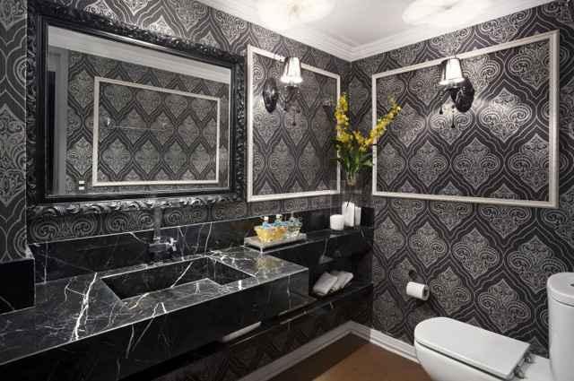 Os lavabos não contam com área molhada e por isso, não sofrem com vapor e umidade, o que permite a instalação de papéis de parede  - Haruo Mikami/Divulgação