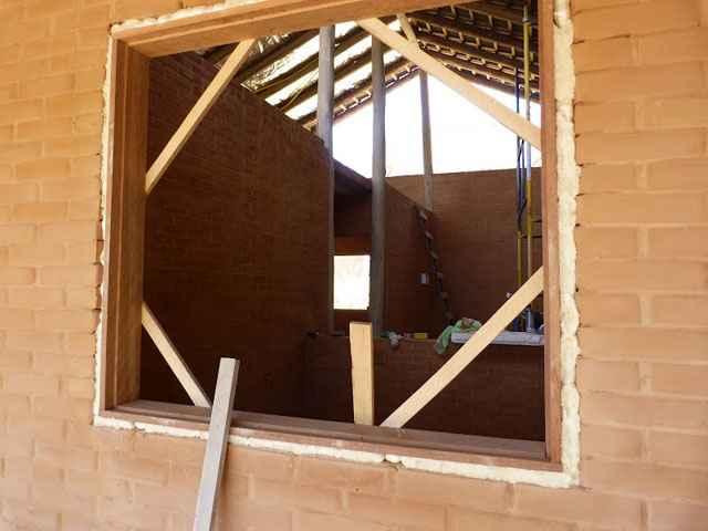 O material é comumente utilizado para fixação e assentamento de batentes e janelas de diversos materiais - Reprodução internet