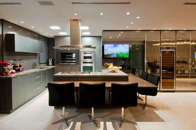 A proposta tem como ideia poder assistir TV enquanto está cozinhando ou realizando uma das refeições do dia - Divulgação/Studio Alencar