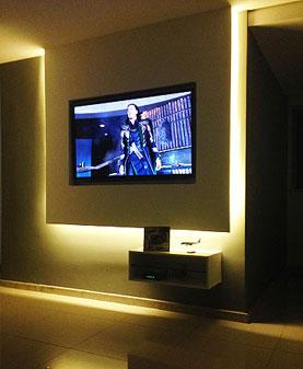 Painel suspenso de gesso com iluminação LED embutida e um nicho para equipamentos auxiliares - Contexto Arquitetura e Construção/Divulgação