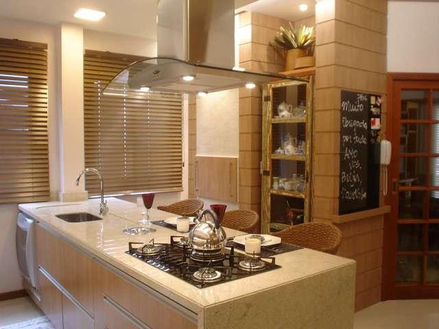 O cooktop pode ser uma opção em ambientes que integram cozinha e sala de jantar, em função do design moderno que expressa leveza - Reprodução/Internet/blogconstruir.arq