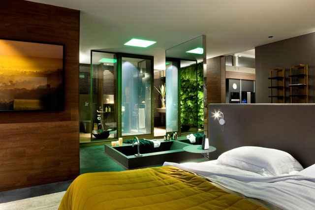 O espaço do banho possui uma banheira-tanque de imersão instalada no meio do quarto - Edgard César/Divulgação