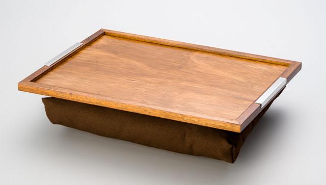 Bandeja de colo com almofada para notebook em madeira reflorestada - Rojemac/Divulgação